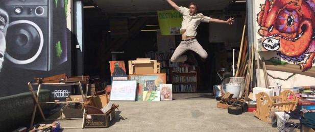 La joie d'un bénévole qui saute en l'air