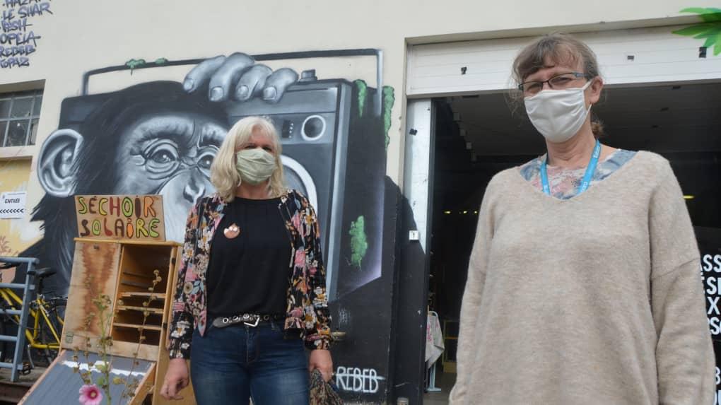 Sophie Robin et une bénévole posent devant La Charpentière