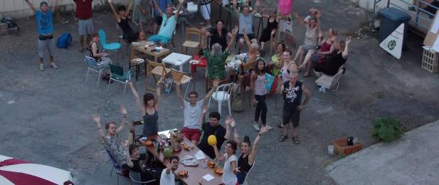 groupe de bénévoles vu du ciel avec les bras levés